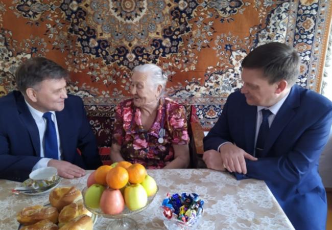 Сегодня совместно с Главным федеральным инспектором по Курганской области Пушкиным А.П. поздравили с 90 – летием и вручили юбилейную медаль «75 лет Победы в Великой Отечественной войне» Белозеровой В.И.