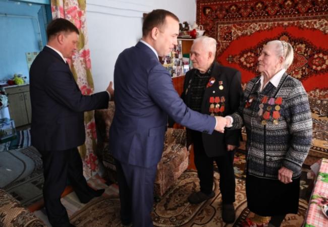 Сегодня Губернатор Курганской области Шумков В.М. посетил ветеранов ВОВ в нашем районе и вручил им юбилейные медали