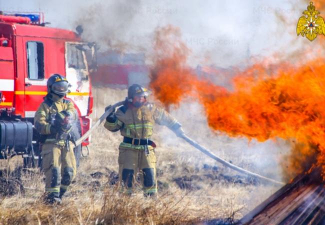 Масштабные учения по ликвидации ландшафтного пожара, угрожающего населенному пункту Колесниково, прошли в Курганской области.