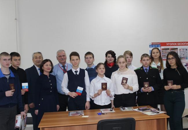 В Кетовском отделе МФЦ состоялось торжественное вручение паспортов юным гражданам РФ
