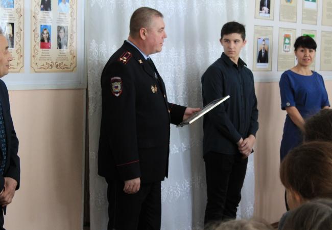 Руководители ОМВД России по Кетовскому району наградили несовершеннолетних за помощь в раскрытии преступления